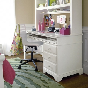 011D Desk - One box drawer with pencil tray<br><br>One file drawer<br><br>Pull-out tray provides keyboard storage or extra work surface<br><br>Interchangeable pedestal and leg allows for easy right or left hand use<br><br>