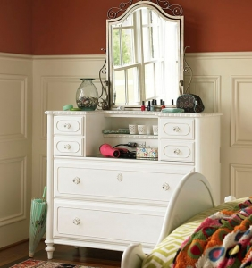 0408 Daisy White Dressing Chest